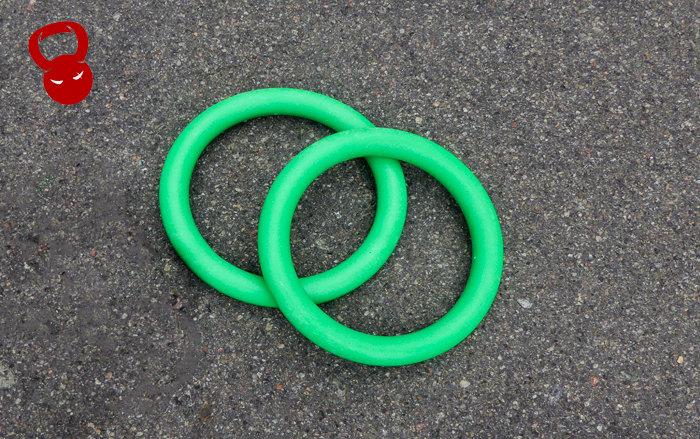 зелені гімнастичні кільця з пластику